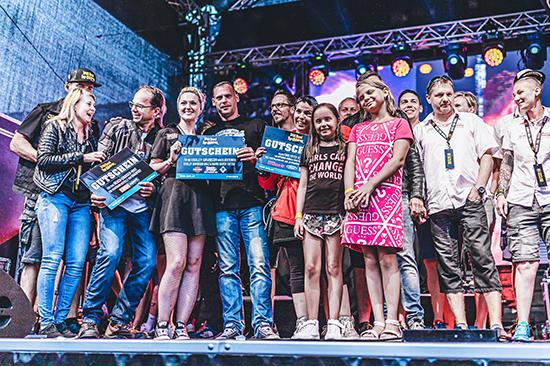 Glückliche Gewinner auf der Bühne bei der Ironroad for Children.